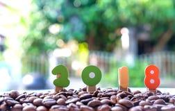 Conceptos del Año Nuevo, número 2018 en los granos de café Foto de archivo libre de regalías