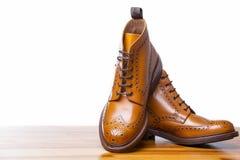 Conceptos del calzado El primer de pares del alto ` s de los hombres bronceó abarcas fotografía de archivo libre de regalías