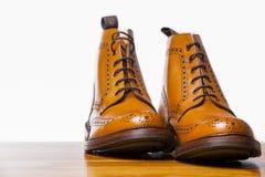 Conceptos del calzado Pares de botas bronceadas alto caballero de las abarcas I Imagenes de archivo