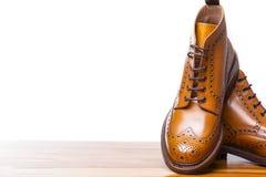 Conceptos del calzado Primer de pares de abarcas bronceadas alto caballero Imagen de archivo