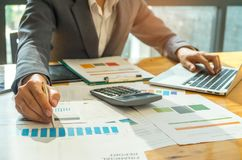Conceptos del negocio, hombres de negocios que analizan los gráficos de datos, pluma en la ha Foto de archivo libre de regalías