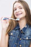 Conceptos dentales de la salud Retrato del adolescente caucásico sonriente Foto de archivo libre de regalías