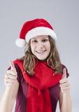 Conceptos dentales del tratamiento Adolescente caucásico sonriente feliz en Santa Hat With Teeth Brackets Fotografía de archivo libre de regalías
