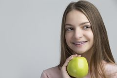 Conceptos dentales Retrato de la hembra adolescente feliz con los apoyos de los dientes Imagen de archivo