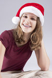 Conceptos e ideas dentales Adolescente caucásico feliz en Santa Hat With Teeth Brackets Fotografía de archivo libre de regalías