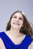 Conceptos e ideas dentales Adolescente femenino caucásico con los soportes de los dientes Presentación en el ambiente del estudio Fotografía de archivo