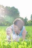 Conceptos e ideas felices de la vida familiar Madre morena caucásica con su hijo del niño que pasa el tiempo junto Fotografía de archivo