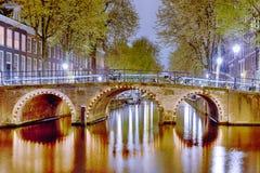 Conceptos europeos del viaje Opinión viva y pintoresca de la noche de Amsterdam Foto de archivo