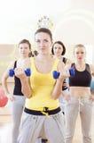 Conceptos femeninos del trabajo en equipo de la aptitud Grupo de cuatro atletas Exercis Imagenes de archivo