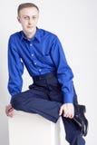 Conceptos jovenes de los adultos Retrato del hombre caucásico hermoso que presenta en camisa azul y tipos de tela de algodón azul Imagenes de archivo