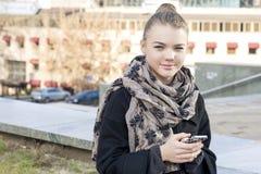 Conceptos modernos de la forma de vida: Muchacha de moda del adolescente que usa el teléfono móvil Foto de archivo libre de regalías