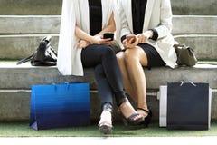 Concepts au sujet de mode de vie, d'achats, de technologie et d'amitié Photos stock