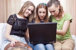 Concepts d'amitié : Trois ont étonné les filles caucasiennes avec Lapto Image stock