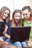 Concepts d'amitié : Trois ont étonné les filles caucasiennes avec Lapto Photo libre de droits
