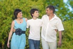 Concepts d'amour et de valeurs familiales Famille caucasienne heureuse du temps trois passant ensemble Images libres de droits