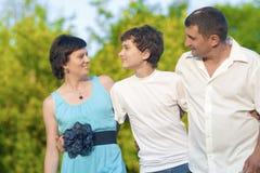Concepts d'amour et de valeurs familiales Famille caucasienne heureuse du temps trois passant ensemble Image stock