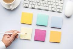 Concepts d'idée de créativité avec la main masculine utilisant le papier à lettres dans le blanc Images stock