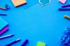 Concepts d'idées d'inspiration avec la vue supérieure de la table et des accessoires bleus de bureau créativité de fond de tr images stock