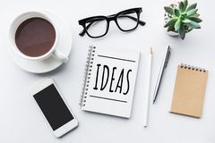 Concepts d'idées sur le bloc-notes avec le dessus de table d'affaires et la moquerie  image stock