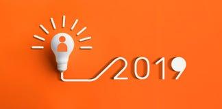 concepts 2019 d'inspiration de créativité avec l'ampoule sur la couleur image stock