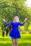 Concepts de beauté et d'amusement Fille blonde caucasienne positive de sourire Image libre de droits