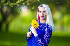 Concepts de beauté Fille blonde caucasienne positive de sourire Photographie stock