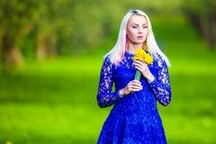 Concepts de beauté Fille blonde caucasienne sensuelle avec le groupe de jonquilles Photo libre de droits
