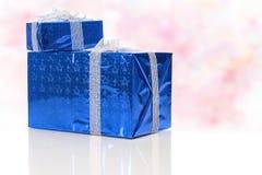 Concepts de célébration Bleu deux enveloppé vers le haut des boîte-cadeau se tenant ensemble Photographie stock