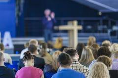 Concepts de conférences Conférencier masculin Speaking On Stage devant le grand groupe de personnes image libre de droits