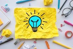 Concepts de créativité d'inspiration avec l'ampoule dans la boule chiffonnée de papier sur la table de travail Solution d'id?es d photos stock