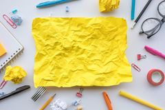 Concepts de créativité d'inspiration avec le papier jaune chiffonné sur la table de travail Solution d'id?es d'affaires et activi photos libres de droits