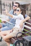 Concepts de déplacement Sourire et couples caucasiens heureux dans l'amour Photos libres de droits