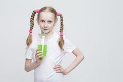 Concepts de mode de vie d'enfants Portrait de fille blonde caucasienne assez de sourire Images stock