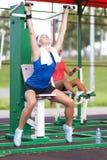 Concepts de sport Athlète deux féminin caucasien positif dans le bon ajustement images stock
