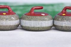 Concepts de sport Plan rapproché de courber les pierres bleues de poignée sur la glace photo libre de droits
