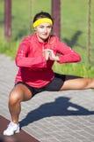 Concepts de sport Portrait de sportive caucasienne concentrée i images stock