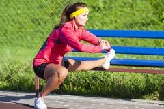 Concepts de sport Sportive caucasienne concentrée photos stock