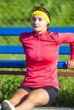 Concepts de sport Sportive caucasienne concentrée dans l'équipement extérieur photo libre de droits