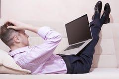 Concepts de technologie Homme caucasien dans l'habillement de style d'affaires Images stock