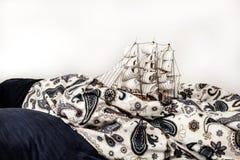 Concepts des affaires et de la créativité modèle d'un bateau de navigation dans une literie bleue Rêve étrange images libres de droits