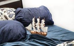 Concepts des affaires et de la créativité modèle d'un bateau de navigation dans une literie bleue Vue supérieure image stock