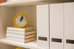 Concepts ?ducatifs, dossiers de bureau avec des livres dans les couches , L'horloge est showtime ? l'horloge 13, qui est la date- photo stock