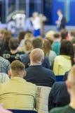 Concepts et idées de conférences d'affaires Deux centres serveurs parlant devant le grand groupe de personnes photographie stock