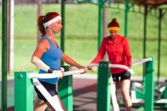 Concepts et idées de sport Deux sportives féminines dans le professionnel photographie stock libre de droits