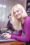 Concepts et idées modernes de mode de vie Deux amies caucasiennes W Photographie stock