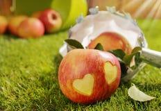 Rode appel met een paar ingesneden harten stock foto