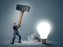 Conceptueel beeld van een zakenman die grote hamer houden Stock Afbeelding