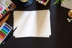 Conceptueel beeld van lijst van de de werkplaats donkere oppervlakte van de Kunstenaars de grafische ontwerper Stock Foto