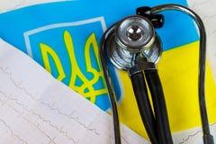 Conceptueel beeld van stethoscoop en cardiogram nationaal gezondheidszorgsysteem in de Oekraïne Royalty-vrije Stock Fotografie