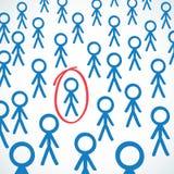 Conceptueel: De menigte van stok figuur omcirkelde één Royalty-vrije Stock Afbeeldingen